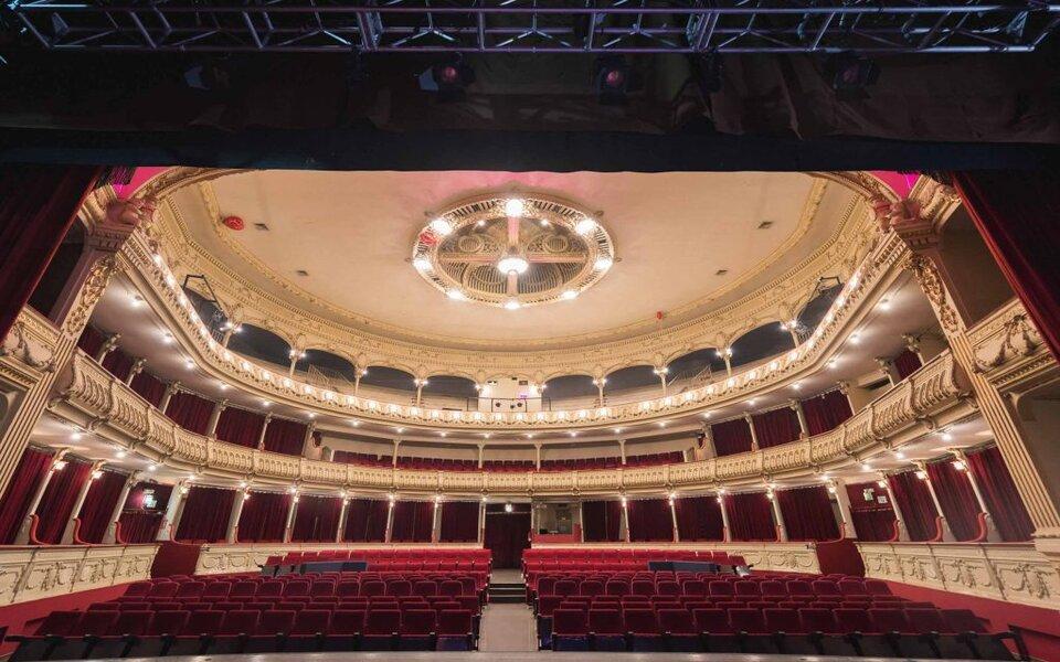 ¡Pasen y vean a su Majestad el Teatro Cervantes de Almería!