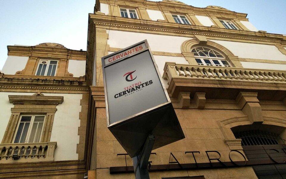 La cartelera del Teatro Cervantes con luz y movimiento
